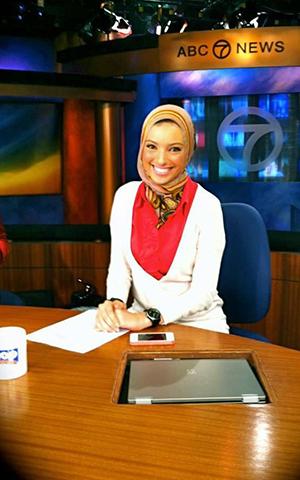 A foto de Noor, quando ainda era estagiária, que viralizou nas redes sociais: primeira âncora a usar hijab em rede nacional (Crédito: Reprodução)