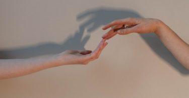 Desconexão conectada: tecnologia, fator humano e crise de empatia